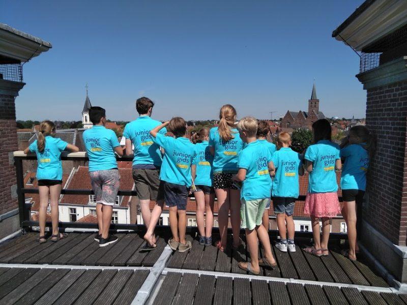 Juniorgidsen op het dak van het Oude Stadhuis